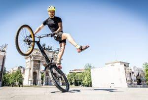 Mann zeigt BMX-Stunt