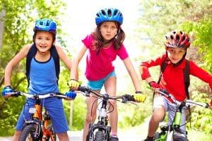 Kinder mit bunten Fahrradhelmen