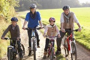 Eltern machen mit Kinder Fahrradtour