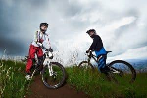 Zwei Männer machen Downhill Tour