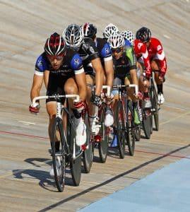 Männer machen Fahrradrennen