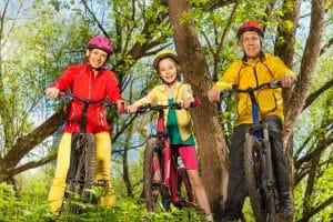 Familie mit Fahrrädern und Helmen