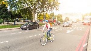 Mit Fahrradhelm sicher unterwegs