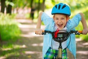 Sicherer mit Helm Fahrrad fahren