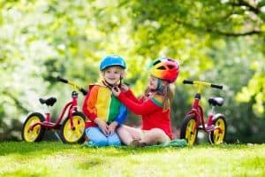 Kinder mit Helmen im Park