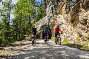 Fahrradtour durch Gebirge mit Fahrradhelm