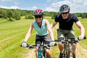 Glückliches Paar macht Fahrradtour im Grünen