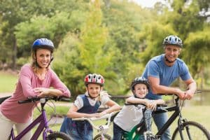 Familienausflug mit Fahrrädern und Helm