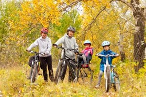 Familie mit coolen Fahrradhelmen