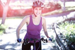 Frau macht Radtour mit Helm
