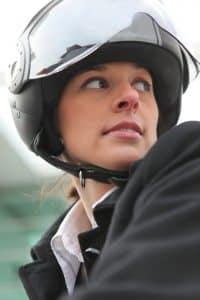 Frau trägt Fahrradhelm mit Visier