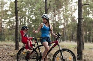 Mutter mit Kleinkind auf Fahrrad