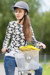 Frau mit Design Fahrradhelm