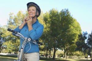 Senioren justiert Fahrradhelm