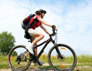 Junge Frau mit Mountainbike