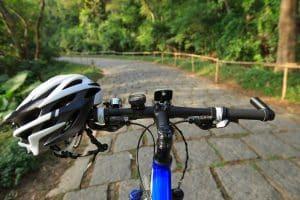 Weißer MTB-Helm an Fahrradhlenker