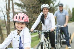 Junge Familie macht Ausflug mit Fahrrad