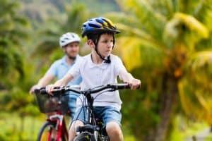 Junge fährt mit Helm Fahrrad