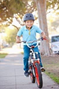 unge mit Fahrradhelm