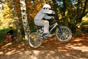 Junge mit coolen Fahrradhelm