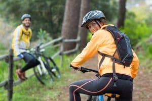 Junges Paar macht Fahrradpause