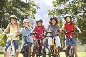 Fünf Kinder auf Fahrrädern