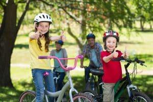 Zwei Kinder mit Fahrradhelmen