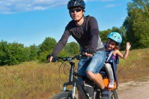 Vater und Tochter mit Helm
