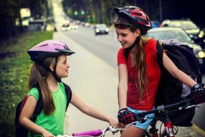 Zwei Mädchen auf Fahrrad