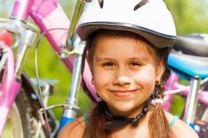 Mädchen mit Fahrradhelm