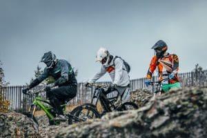Drei Männer machen Downhill Tour