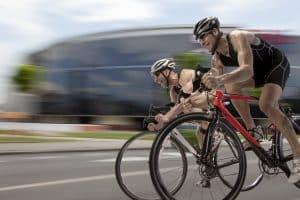 Junge Rennradfahrer mit Helm