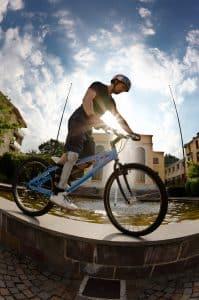 Mann mit coolen Fahrradhelm