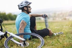 Mann mit Design Fahrradhelm