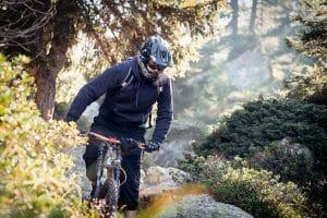 Mann mit Fahrradhelm mit Visier