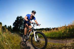 Sportlicher Mann mit MTB Helm