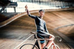 Sportlicher Mann mit Rennradhelm