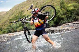 Mann mit MTB-Helm im Fluss