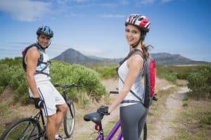 Sportliches Paar mit MTB-Helmen
