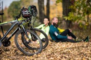 Mountainbiker machen Pause im Park