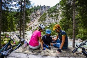 Mountainbike-Gruppe macht Pause im Wald