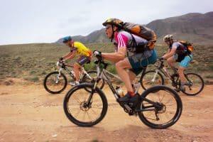 Mountainbiking Gruppe auf sandiger Piste