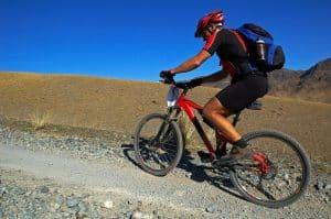 Mann mit MTB-Helm auf freier Stecke