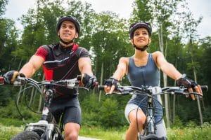 Junges Paar mit MTB-Helm