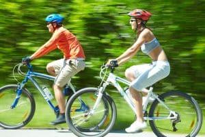 Paar mit Fahrradhelmen auf Straße