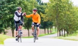 Männer mit Fahrradhelmen auf Straße