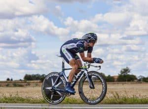 Rennradfahrer mit Zeitfahrhelm