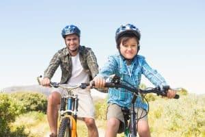 Vater und Sohn machen Radtour