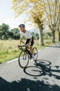 Mann mit Rennradhelm auf Straße