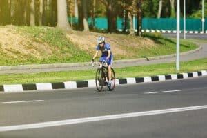 Rennradfahrer mit Helm auf freier Strecke